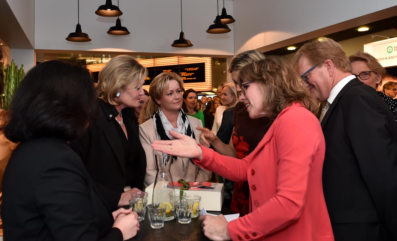 Caroline Wijntjes van De Erkende Toezichthouder in gesprek met Koningin Máxima en Hans de Boer voorzitter VNO NCW Fotograaf Giovanni Smulders