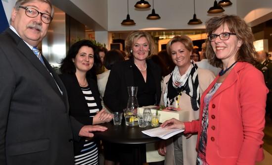 Caroline Wijntjes met andere topondernemers en   Willibrord van Beek, Commissaris van de Koningin Utrecht Fotograaf Giovanni Smulders